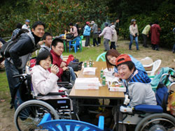 障害者の夢乗せて- 「ひまわり号」が山城多賀へ